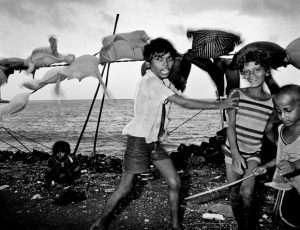"India. Bombay. Beach laundry. © Carl De Keyzer - MAGNUM Book ""India"" 1987. 1985."